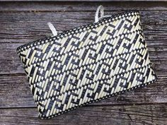 Contemporary and traditional Maori weaving / Harakeke Kete Flax Weaving, Weaving Art, Basket Weaving Patterns, Maori Designs, Maori Art, Weaving Techniques, Clutch Purse, Paper Art, Purses