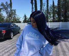 Saiba como copiar o cabelo azul navy de Kylie Jenner
