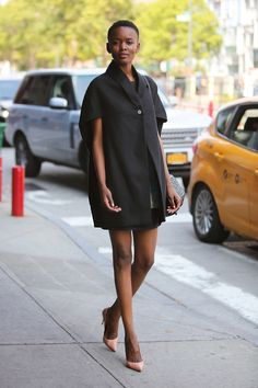 Gloriously Chic - All The Glorious Street Style Looks From New York Fashion Week Office Attire Women, Office Fashion Women, Black Women Fashion, Cute Business Casual, Business Casual Dresses, Fall Outfits For Work, Casual Summer Outfits, Autumn Fashion Work, New York Fashion Week 2018