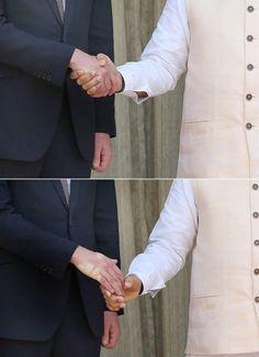 William e Kate in India, saluto del premier Modi: la stretta di mano lascia il segno
