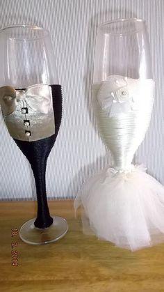 copas decoradas para novios. Bride And Groom Glasses, Wedding Wine Glasses, Wedding Champagne Flutes, Wedding Bottles, Wedding Shower Favors, Decorated Wine Glasses, Painted Wine Glasses, Wedding Crafts, Diy Wedding Decorations