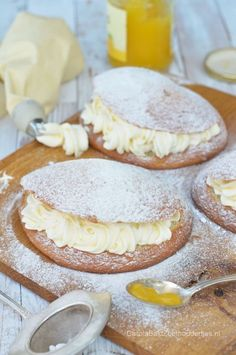 Gevulde eierkoek met slagroom en lemoncurd – Carola Bakt Zoethoudertjes Filled egg cake with whipped cream and lemon curd Egg cake is a typical Dutch sweet treat. Baking Recipes, Cake Recipes, Dessert Recipes, Tasty Pastry, Sweets Cake, Pie Dessert, No Bake Desserts, Cake Cookies, Cupcakes