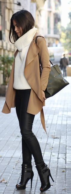 Rock a tan suede trenchcoat with black leather skinny pants if you wish to look absolutely chic without much effort. Complete this outfit with black cutout leather lace-up ankle boots et voila, the outfit is complete. Fashion Mode, Look Fashion, Womens Fashion, Fashion Trends, Fall Fashion, Trendy Fashion, Trendy Style, Classic Fashion, Fashion 2018