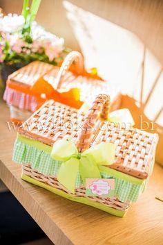 Linda cesta de picnic medindo 28cm.  Conteúdo Personalizado: água, suco, biscoito de leite, papinha nestlé, maçã, bolinha de sabão e girocóptero. Uma lembrança linda e inesquecível.