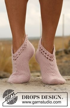 "Everywhere - Crochet DROPS slippers with lace edge and leaf pattern in ""Alpaca"". - Free pattern by DROPS Design Crochet Leg Warmers, Knitted Slippers, Slipper Socks, Crochet Slippers, Crochet Lace Edging, Free Crochet, Knit Crochet, Crochet Patterns, Knitting Patterns"