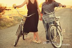 Love the bikes in this sweet summer engagement session!