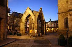 Guimarães, donde nació Portugal | El Viajero | EL PAÍS Lugano, Rock Bar, Portugal, Barcelona Cathedral, Building, Travel, Rey, Articles, Lakes