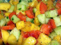 La meilleure recette de Salade minceur à la mangue! L'essayer, c'est l'adopter! 4.9/5 (9 votes), 3 Commentaires. Ingrédients: 1 poivron rouge, 1 concombre, 1 mangue mure, huile d'olive, ciboulette ciselée, sel et mélange de 5 baies