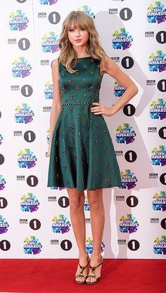 TAYLOR SWIFT  La cantante lució un vestido verde botella con aplicaciones color bronce de la colección de otoño 2013 de Jenny Packham, sanda...