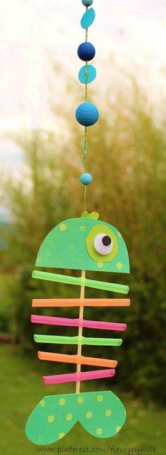 www.toutpetitrien.ch et http://pinterest.com/fleurysylvie/mes-creas-pour-les-kids/ Un petit poisson bricolé avec les enfants, avec des pailles et un pic à brochette. #poisson #bricolage