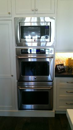 double oven with microwave above - not sure I could pull this off when we redo the kitchen, but would love it. Kitchen Redo, Kitchen And Bath, New Kitchen, Kitchen Dining, Kitchen Remodel, Kitchen Ideas, Kitchen Planning, Kitchen Inspiration, Kitchen Designs