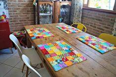 Com pequenas sobras de retalho dá para fazer patchwork e dá um charme na mesa com jogo americano bem colorido (Foto: Ana Sinhana) Handmade Crafts, Easy Crafts, Diy And Crafts, Place Mats Quilted, Table Runner And Placemats, Patch Quilt, Mug Rugs, Table Toppers, Fabric Scraps