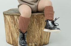 Gratis oppskrift: Strikk sokker og knestrømper til de minste | Puff Leg Warmers, Barn, Slippers, Socks, Legs, Knitting, Fashion, Leg Warmers Outfit, Moda