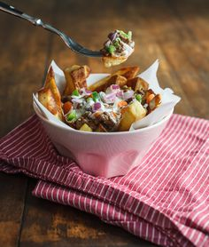 This recipe is my healthier version of Poutine: crispy oven baked fries topped with a dark sauce made from lean ground beef and a pungent horseradish-yogurt sauce. Canadian Poutine, Poutine Recipe, Oven Baked Fries, Yogurt Sauce, Stuffed Jalapeno Peppers, Ground Beef, Entrees, Main Dishes, Childhood