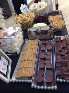 Wedding S'more Bar Ideas — Water-mouthing Dessert Bar Inspiration - Party lynda - Studentenfutter Bar A Bonbon, S'mores Bar, Bar Cart, Food Stations, Candy Buffet, Food Buffet, Dessert Bars, Dessert Tables, Diy Food
