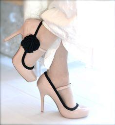 Pretty sure w/ all my shoe tuts I could fashion something similar....Gatsby Glamor