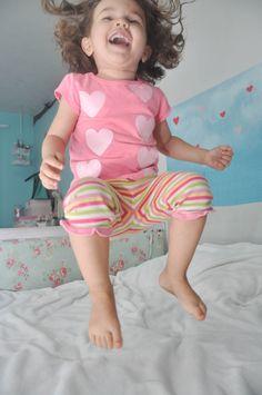 Que criança não gosta de pular na cama?
