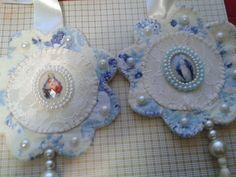 Escapulário de porta, feito com tecido, fita e medalha. Obs: a estampa do tecido pode variar de acordo com o estoque.