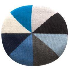 Beskrivelse: Den skønne håndlavede 'Bobby chair' pude fra luckyboysunday er super flot og dekorativ på stole samt dejlig bløde.Findes i flere farver. Ø33 cm.  Materiale: 100% baby alpaca ogfyldet består af 100%  polypropyl.Kan vaskes ved30 grader på et meget skånsomt uldprogram.Om luckyboysunday: luckyboysunday er et mærke af moderne luksus strikket kunst legetøj  og bløde møbler til hjemmet, inspireret af et kunstnerisk bud på  børnenes verden…