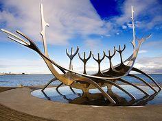 Sólfar (Sun Voyager, o Viajante do Sol). 1990. Aço inoxidável. Jón Gunnar Árnason  (1931-1989 em Reykjavík, Islândia).   Encontra-se ao lado da estrada Sæbraut em Reykjavík, Islândia. A obra de arte é impressionante, uma combinação do barco viking clássico com a escultura moderna.