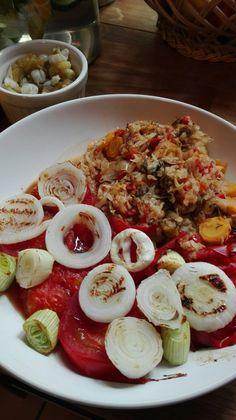 vitamine-varza cu morcovi,rosii si verdeata.Fara sare. Rondele de ceapa la gratar.
