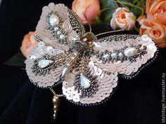 Купить или заказать Вышитая брошь-бабочка 'Волшебница' в интернет-магазине на Ярмарке Мастеров. Волшебная, эффектная брошь-бабочка для озорной, кокетливой, очаровательной особы! Украсит платье, уютно поселится на лацкане пиджака. В работе японский бисер, французские пайетки, Сваровски в кастах, натуральный жемчуг разного размера, барочный жемчуг, жемчуг Сваровски, стеклянные бусины, синель, канитель, фурнитура. Обратная сторона иск.кожа белого цвета. Лёгкая! Сделано с любовью!…