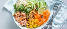 Noedel bowl met zalm - Leuke recepten Asian Recipes, Healthy Recipes, Ethnic Recipes, Lunch On A Budget, Poke Bowl, Lunch To Go, How To Make Salad, Food For Thought, Tapas