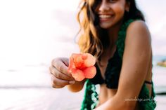 Bom sábado dia lindo e florido!  #floripa #flores #ensaiopraia #praia #teens #adolescentes #sorriso #lifestyle #felicidade #happiness #ensaioexterno #luznatural #janarobergefotografia #fotografaflorianopolis #girl #menina #retrato #lovepic #inspiration #florianopolis