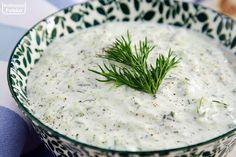 Z tzatzikami wszystko smakuje lepiej. Słynny grecki sos łatwo zrobisz samodzielnie. Mamy oryginalny przepis. Przepis na tzatziki Składniki: 3 średnie ogórki (szklarniowe), 400 gramów jogurtu greckiego, 2 ząbki czosnku, sok z cytryny, pęczek koperku, sól pieprz. Zrób tak: ogórki zetrzyj na grubej tarce, posól i odstaw na pół godziny. W tym czasie wydzieli się sok, … Tzatziki, Grill Party, Cheeseburger Chowder, Hummus, Grilling, Food And Drink, Soup, Salsa, Curry