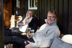FRISK LUFT: Anita og Bent storkoser seg på hytta i Eggedal. De sitter ofte i svalgangen for å nyte frisk fjelluft og utsikten mot fjellene. Cabin Interiors, Cottage, Cottages, Cabin, Cabin Interior Design, Cabins