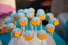 Who says a goldfish can't wear a bow. :) These girlie goldfish cake pops are the sweetest things! Goldfish Cake, Goldfish Party, Hostess Cupcakes, Cupcake Cakes, White Icing, Classic Desserts, Cake Pops, Party Themes, Birthday Parties