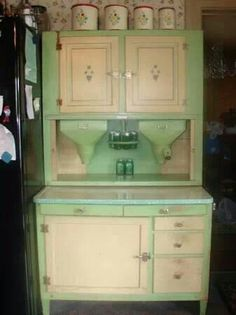 Antique Hoosier Baking Cabinet with two Flour Bins Vintage Kitchen Cabinets, Old Kitchen, Green Kitchen, Kitchen Ideas, Kitchen Hutch, Kitchen Things, Kitchen Art, Kitchen Stuff, Country Kitchen