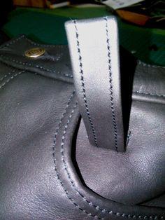 Detail: Gürtellasche vorn an der Motorradlederhose