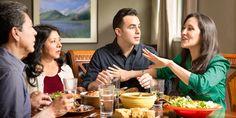 Una mujer interrumpe a su esposo mientras cenan con otro matrimonio