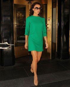 Виктория Бекхэм в коротком, зеленом платье и туфлях телесного цвета