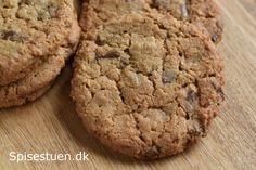 Hvis du er vild med Bounty chokoladebarerne, vil du elske disse cookies! Store cookies, der er sprøde udenpå og seje indeni, og med den skønneste smag af kokos og mælkechokolade :-) Sådan en lun co… Cupcake Cookies, Cupcakes, Something Sweet, Cakes And More, Christmas Cookies, Tapas, Good Food, Food And Drink, Sweets