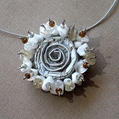 Blanco oro viejo declaración collar joyería Rose por aniesjewelry