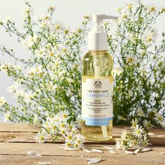 Spring is here! Start a fresh and why not introduce one of our Camomile makeup removers into your routine! Vegan cruelty-free and great for sensitive skin! Try our Camomile Silky Cleansing Oil. Body Shop At Home, The Body Shop, Body Shop Skincare, Easy Shots, Simple Shots, Beauty Treats, Toner For Face, Sensitive Skin Care, Love Your Skin
