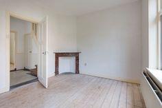 Jaren30woningen.nl | Voorkamer met originele houten vloerdelen en #schouw