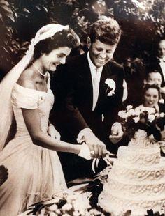 Foto di famiglia coi 9 figli di Joseph nel 1938 at Bronxville (New York). Da sinistra Eunice; Jean; Edward (iin braccio al padre); Patricia; e Kathleen. In piedi Rosemary; Robert; John; Mrs. Kennedy; e Josep