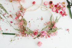 DIY-Anleitung: Kränze aus Trockenblumen binden Diy Wanddekorationen, Dried Flowers, Diy Wedding, Wreaths, Creative, Hula Hoop, Home Decor, Nature, Outdoor