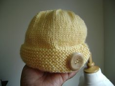 Girl Toddler Hat. Free pattern. Don't know if I know enough about knitting to do it but adorable hat.