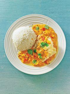 Rezept für Kabeljau mit Curry-Erdnuss-Soße:  Dieses Fischgericht lebt von der exotischen Curry-Erdnuss-Soße, die dem Kabeljau ein köstliches Bett bereitet. Basmati-Reis kommt als Sättigungsbeilage mit ins Spiel.