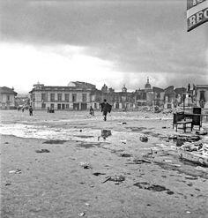 Así se veía la plaza de San Victorino la mañana del 10 de abirl del 48 Old City, Plaza, Cities, Louvre, War, Building, Travel, Vintage Photos, Bogota Colombia