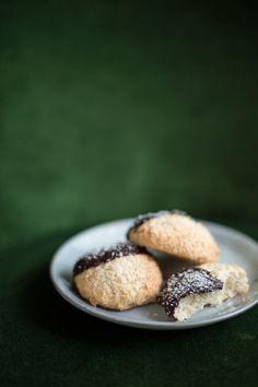 Parlons peu, parlons macarons! Je ne vous propose pas aujourd'hui le classique macaron, mais une recette de macaron rustique à la noix de coco, délicieusement trempé dans le chocolat noir! Ce…