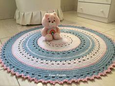 Tapete quarto infantil!  Nas cores branca, azul bebê e rosa bebê. #delicado #decoraçãoquartodebebe #azulerosa #quartodebebemenina #tapetedecroche