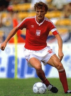 Before Robert lewandowski their was Zbigniew Boniek for Poland. Guiding Poland to 3rd place at the 1982 worldcup.Plays in the 80's for Juventus together with Platini.