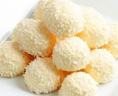 These delicious white chocolate Limoncello truffles look amazing and taste refreshing! A touch of Limoncello liqueur adds extra flair to these nice, mini white truffles. The method is so easy and … Italian Cake, Italian Desserts, Just Desserts, Dessert Recipes, Chocolate Blanco, Love Chocolate, Sweet Table Wedding, White Truffle, Confectionery