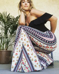 Bellbottoms to make your soul dance. Handcrafted in Joshua Tree, CA by Piper Kay Robison. Wide Leg Trousers, Wide Leg Jeans, Jean Outfits, Cute Outfits, Flare Jeans, Bell Bottoms, Everyday Fashion, Passion For Fashion, Bell Bottom Jeans
