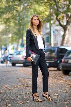 Look de moda: Blazer Negro, Camiseta con Cuello en V Blanca, Pantalón de Vestir Negro, Sandalias de Tacón de Ante de Leopardo Negras